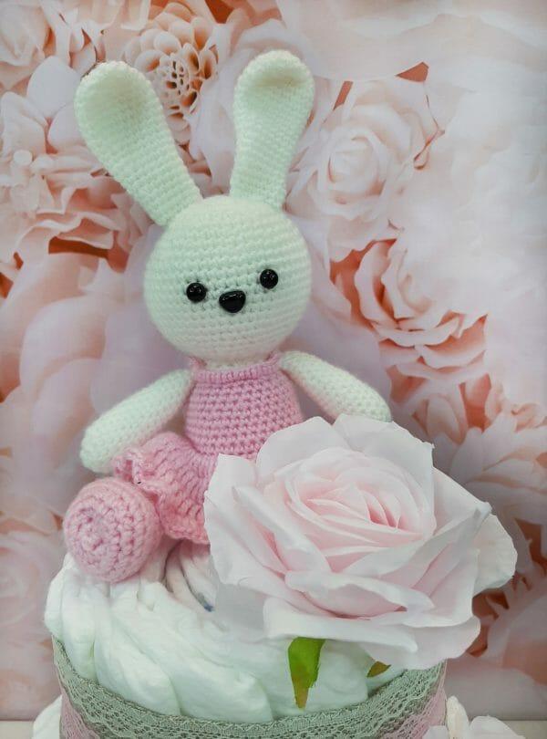 roosa mähkmetort amigurumi jänkuga 2