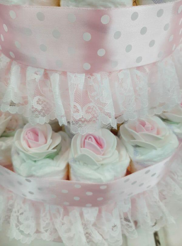 roosa mähkmetort amigurumiga